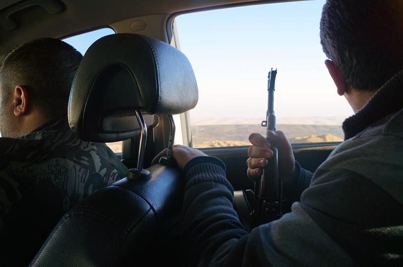 Бойцы добровольческого отряда сирийской национал-социалистической партии сопровождают журналистку в район христианских монастырей к северу от Дамаска
