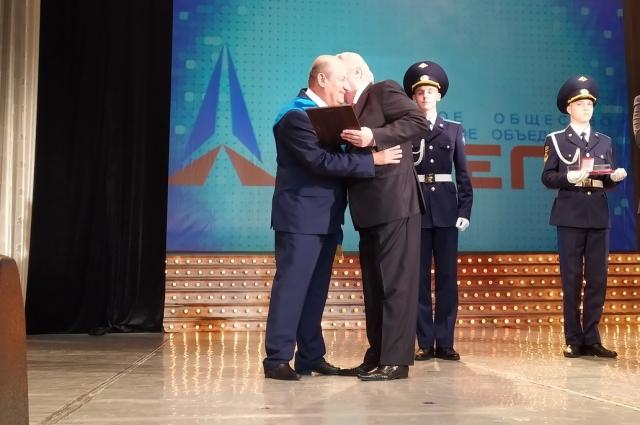 Почетный гражданин Александр Иванченко вручил Александру Маркману диплом.