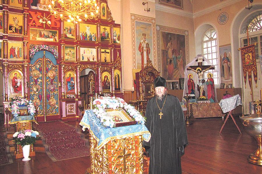 Протоиерей Николай Дзерин служит в храме 17 лет.