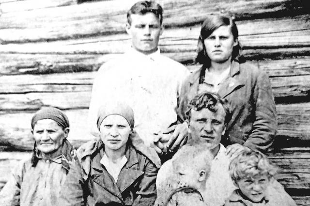 Иван Ефимов с семье и соседями.