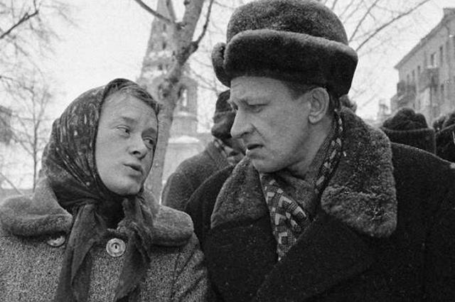 Евгений Евстигнеев и Валентина Талызина в главных ролях на съемках кинокомедии «Зигзаг удачи». 1968 год.