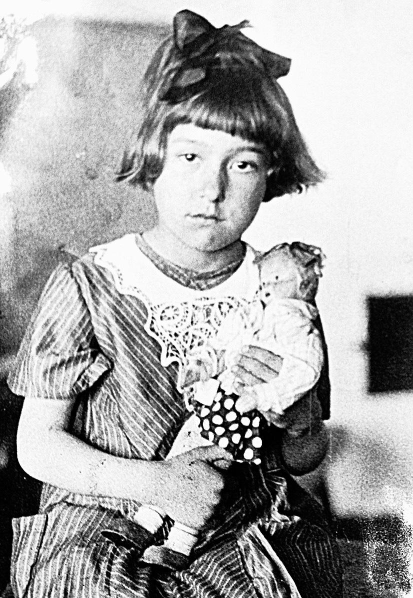 В начале войны Тане было 9 лет.