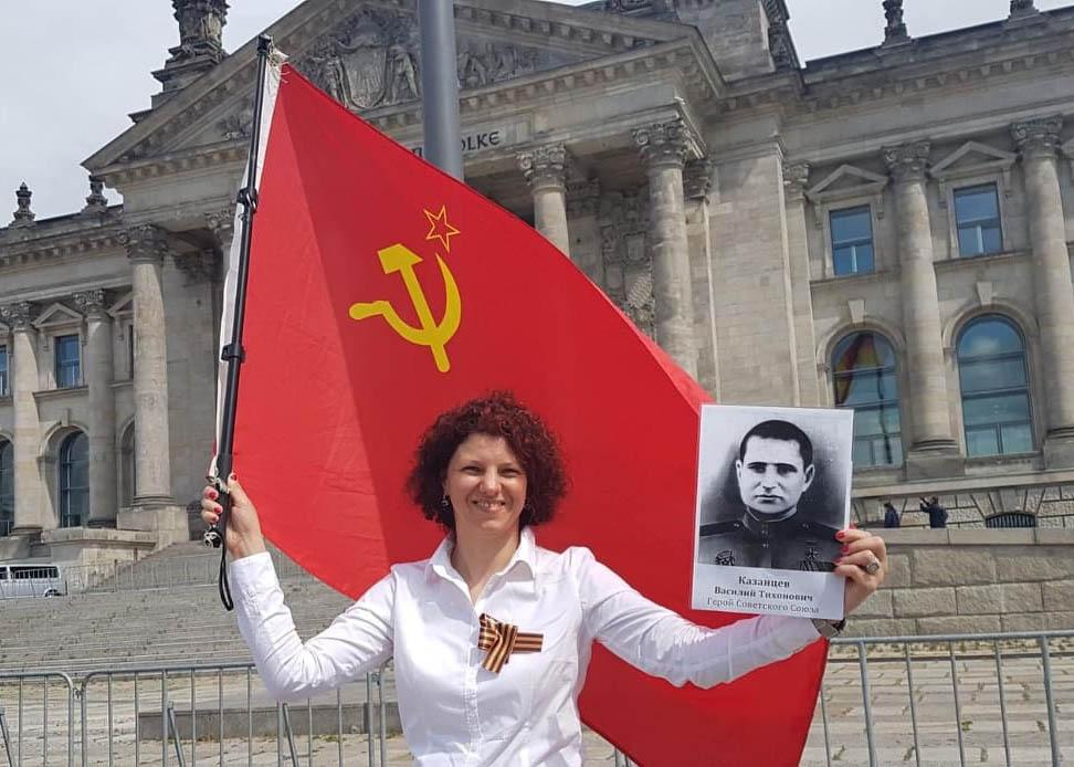 Яна Заугарова пронесла портрет Героя Советского Союза Василия Кузнецова по улицам Берлина до Рейхстага.