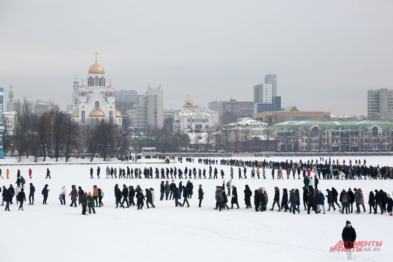 Толпа вышла на лед