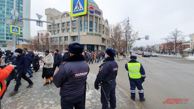 Полиция сопровождала шествие