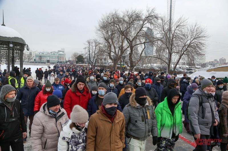 Протестующие идут по центру Екатеринбурга
