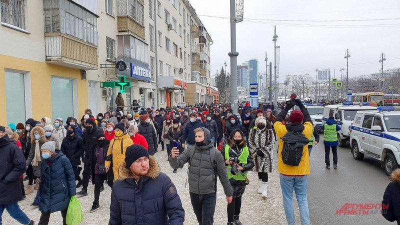 Люди вышли на улицу Ленина