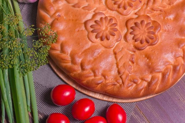 Пирог с корюшкой получается вкусным и сытным.