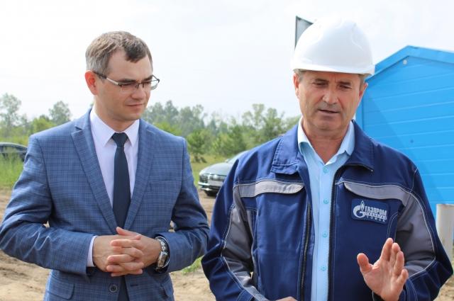 Заместитель министра строительства и ЖКХ региона Евгений Григоренко и директор алтайского отделения «Газпром трансгаз Томск» Андрей Хмурович на месте убедились, что всё идёт по плану.