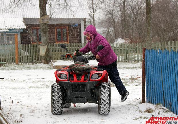 Анна Петухова развозит почту на квадроцикле