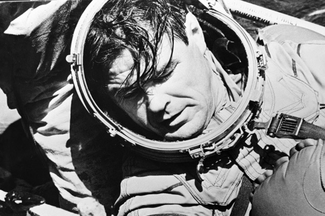 Лётчик-космонавт СССР, Герой Советского Союза Василий Лазарев после приводнения