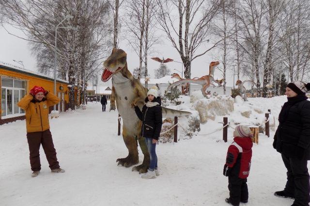 Гостей парка встречала большая ростовая кукла.