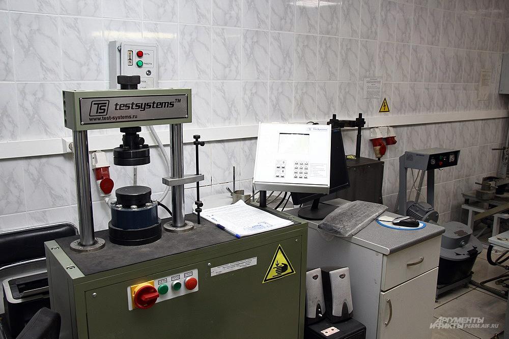 Программируемый гидравлический пресс для подачи нагрузки на образцы.