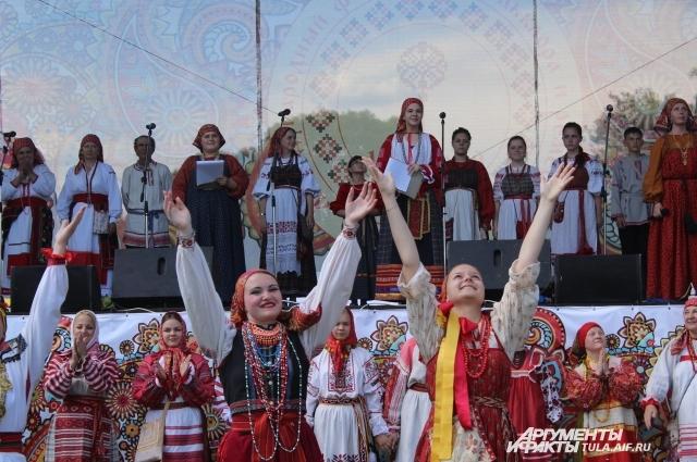 Перед открытие фестиваля, по традиции, в небо выпускается 12 голубей