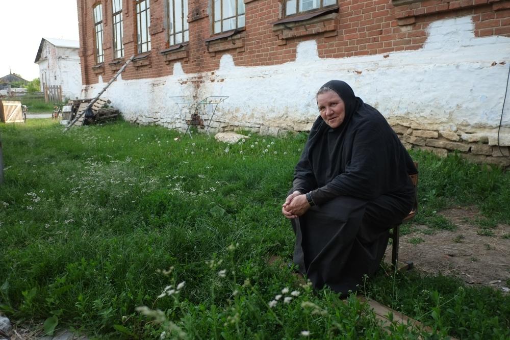 Матушка рассказывает, что материалами монастырь запасся, а вот денег на оплату рабочим нет.