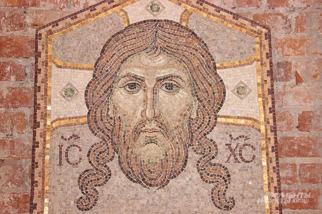 Современная мозаика из камня украсит фасад православного храма