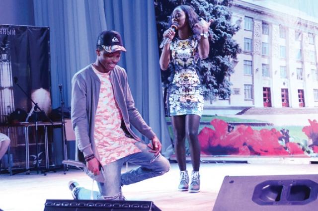 Творчество объединило Ясмину из Гвинеи-Бисау и Эммануэла из Ганы.