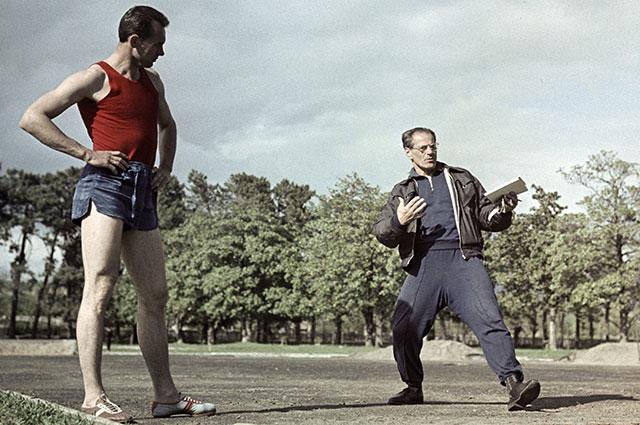 Валерий Брумель со своим тренером Владимиром Дьячковым во время тренировки, 1964 г.