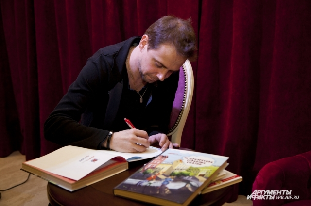 Владмир Крылов раздает поклонникам автографы.