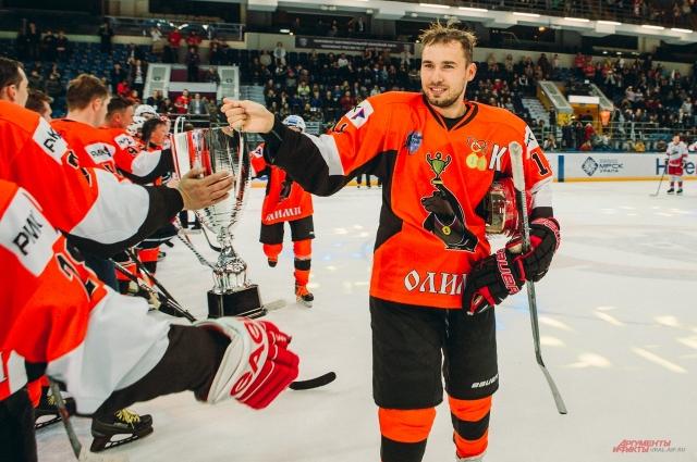 Антон Шипулин приветствует участников матча