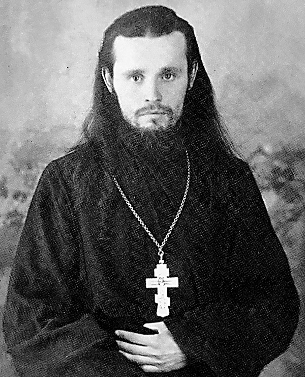 Отец Серафим (Звягин), взявший икону из рук Зои. Фото 1955 г.
