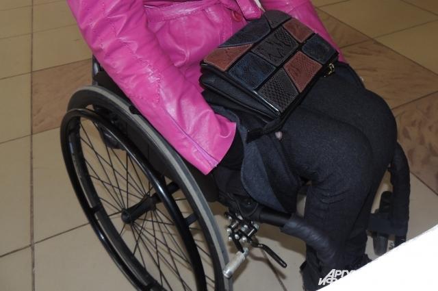 Пусть на колясках, но участницы настоящие женщины: с красивыми нарядами, модными сумками и при макияже.