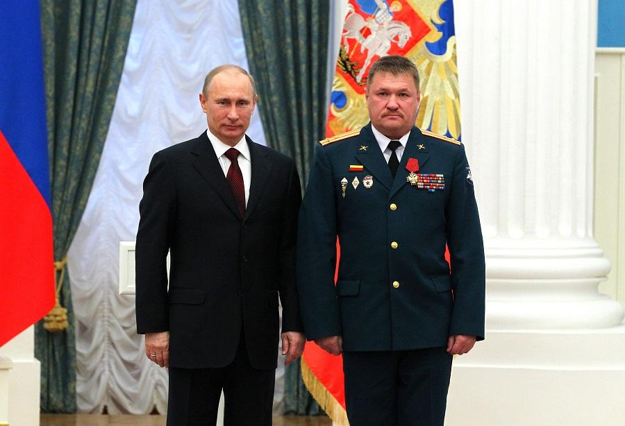Владимир Путин иВалерий Асапов, награжденный орденом «Зазаслуги перед Отечеством» IVстепени.