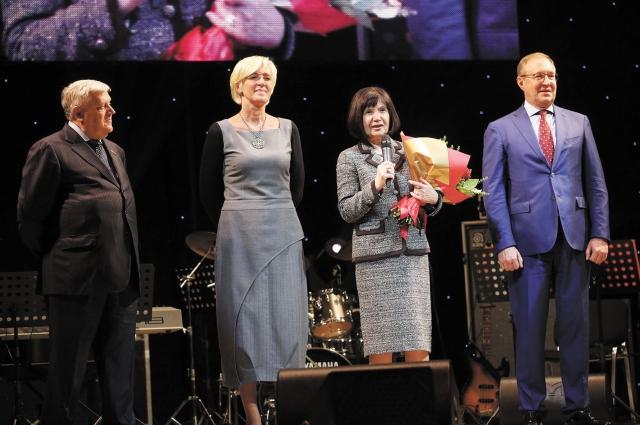 Перед началом концерта  учителей поздравили первые лица города и президент БФ «ЛУКОЙЛ» Нелли Алекперова.