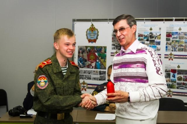 Самый юный участник мероприятия получил приз.