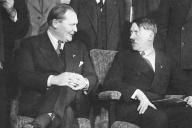 Герман Геринг и Адольф Гитлер в 1933 году.