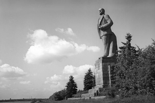 Памятник Ленину у Иваньковского гидроузла на слиянии канала имени Москвы и реки Волги.