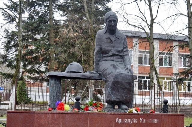 Памятник Аршалуйс Ханжиян в городе Горячий Ключ.