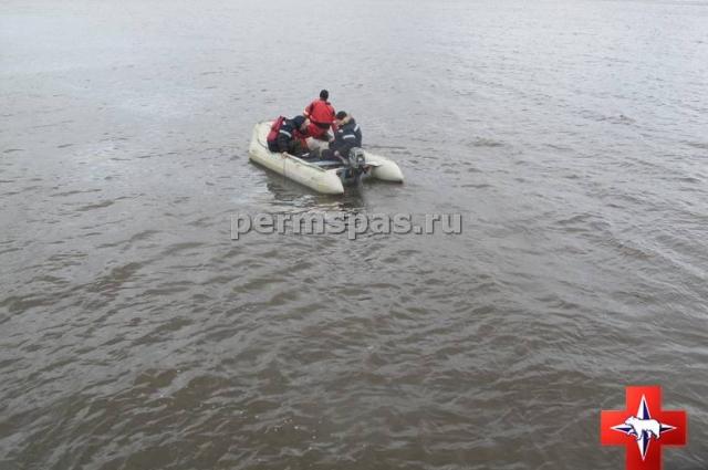 Спасатели на лодке обследовали местность.