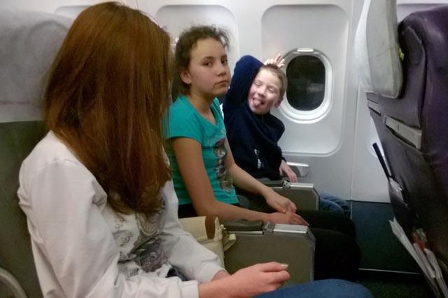 Полина и Женя летят домой.