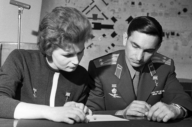 Летчики-космонавты Валентина Терешкова и Валерий Быковский.