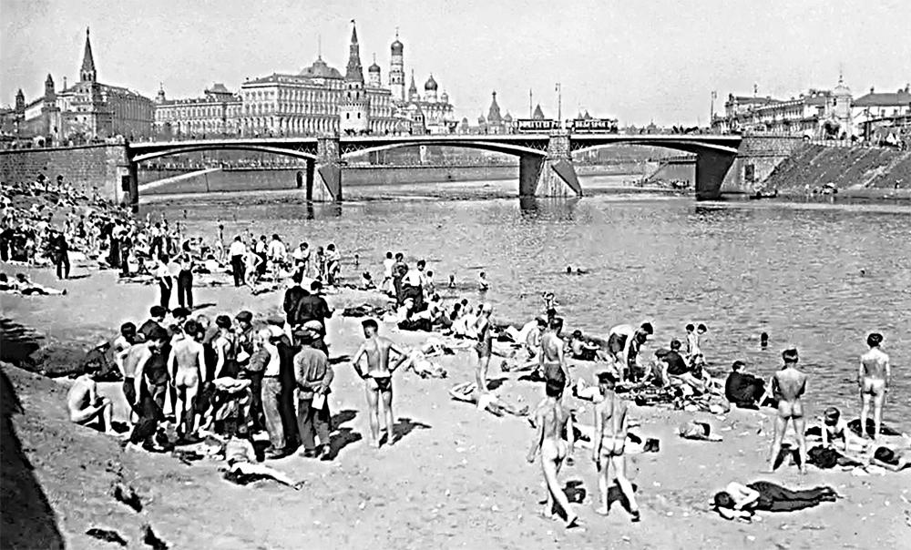 Нудистский пляж в пяти минутах от Кремля, 1920-е гг.