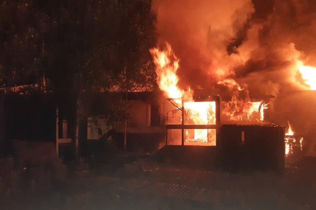 Огонь мог в любой момент перекинуться на стоявшие рядом жилые дома