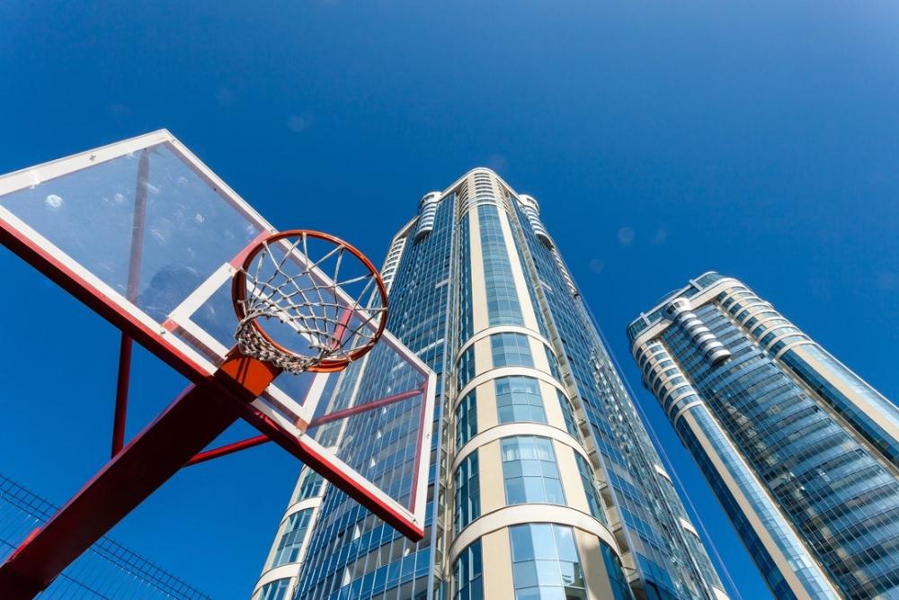 На территории комплекса есть не только площадки для разных видов игр, но и бесплатный спортзал, доступный только для резидентов дома.