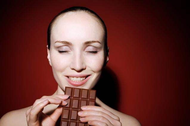 Женщины считали шоколад природным афродизиаком, и среди известных представительниц пола небывалую страсть к шоколаду имела мать Тереза, а мадам Помпадур и вовсе считала, что лишь ему под силу разжечь огонь страсти.