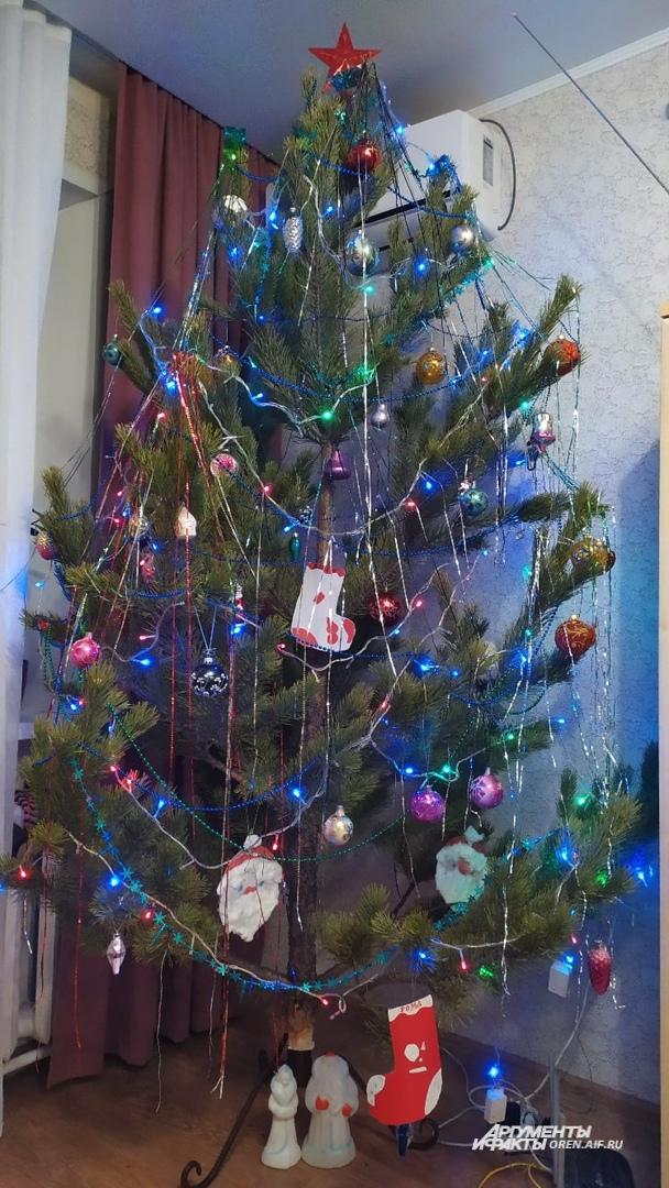 Сегодня в домах стоят новогодние красавицы, наряженные в стиле кантри, что по-русски звучит как крестьянский стиль.