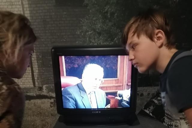 Транслируется документальный фильм о трагических событиях в Буденновске.