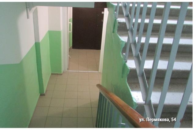 Помимо чистоты, в подъездах установлены новые пластиковые и металлические двери.