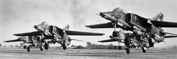 Звено истребителей-бомбардировщиков МИГ-27 взлетает с аэродрома