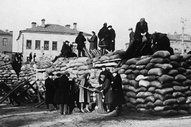 Баррикады на улицах Киевского района города Москвы. Октябрь 1941 года. Великая Отечественная война 1941-1945 годов