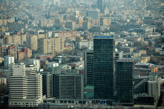 Вид на город со смотровой площадки башни Империя бизнес-центра Москва-Сити