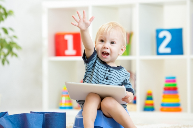 Психолог говорит: родители сами вручают малышу планшет с мультиками, а потом удивляются, что через несколько лет его не оттянешь от компьютера.