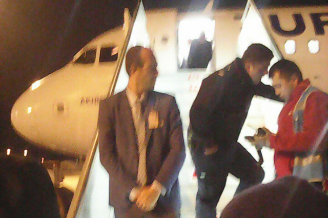 Полицейские Турции не пускают на борт самолета россиян, имеющих билеты.
