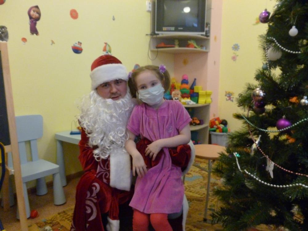Дети обрадовались подаркам от Деда Мороза.