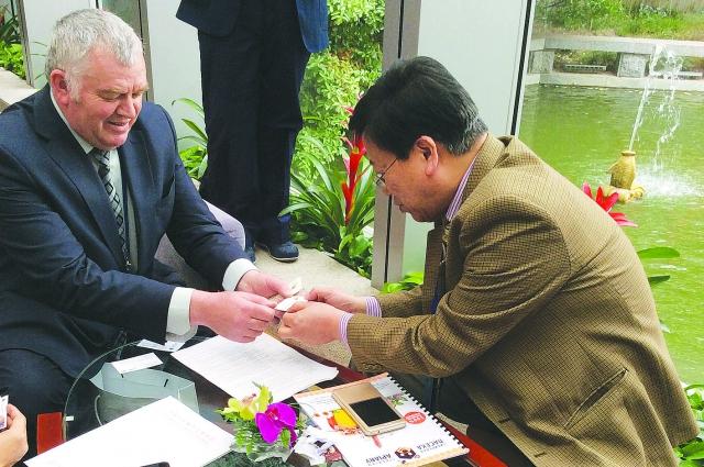 Бизнесмены с миссией в Китае.