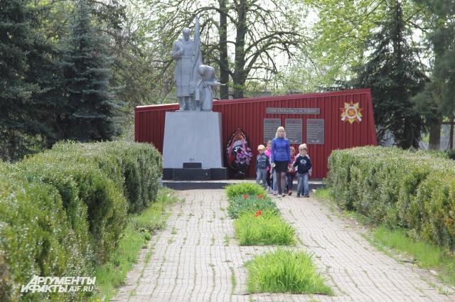 Иностранцы на мемориале Погибшим воинам возлагали цветы. Отсюда начиналась их экскурсия.
